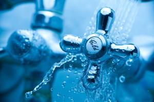 water splashing over handle with bathtub